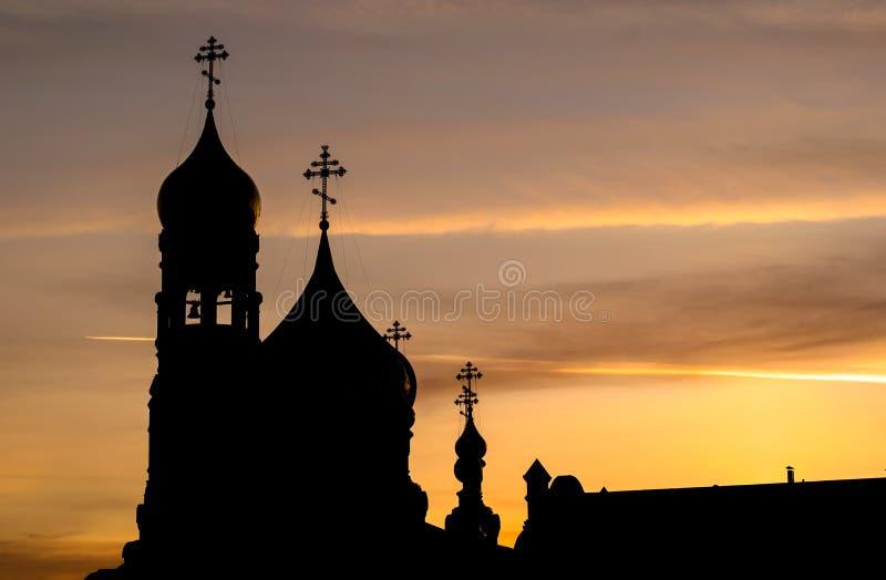 Schattenbild der Kirche mit Hauben am frühen Morgen lizenzfreies stockfoto