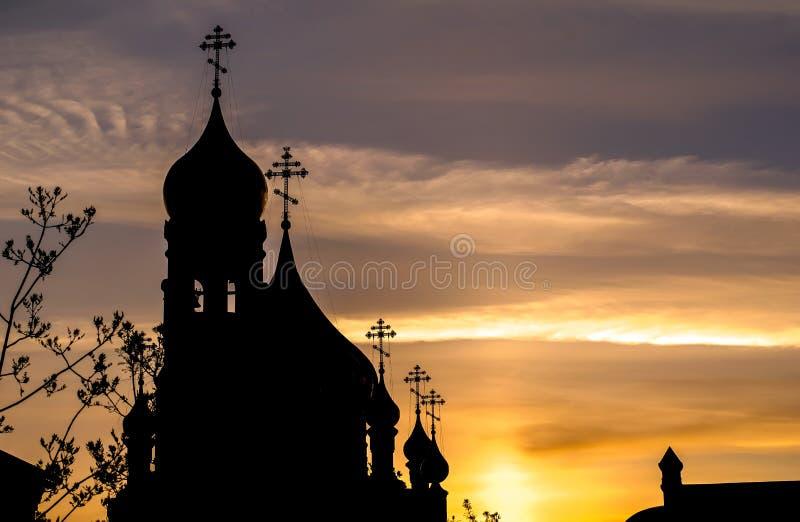 Schattenbild der Kirche mit Hauben am frühen Morgen stockfotos