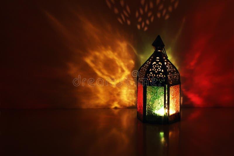 Schattenbild der marokkanischen dekorativen Laterne mit brennender glühender Kerze Dekorative bunte Schatten glückliches neues Ja lizenzfreie stockbilder