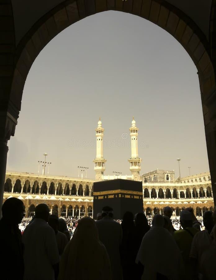 Schattenbild der moslemischen Pilgerer und des Kaabah lizenzfreie stockfotografie