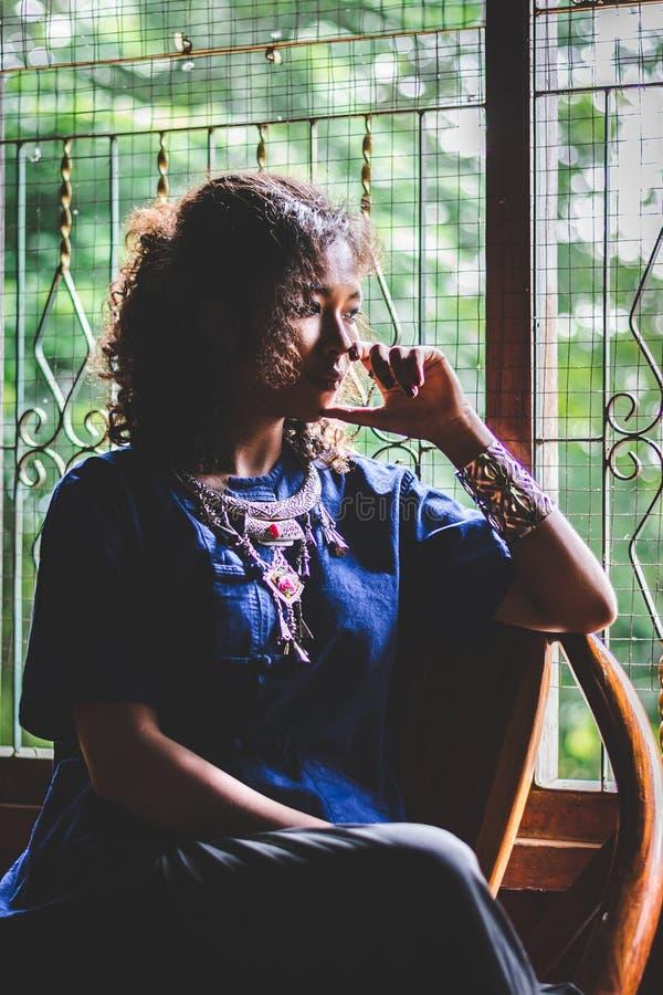 Schattenbild der Porträt-schönen Asiatin, drücken, mit Standort nieder stockbild