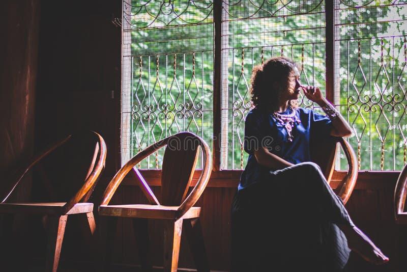Schattenbild der Porträt-schönen Asiatin, drücken, mit Standort nieder lizenzfreie stockfotografie