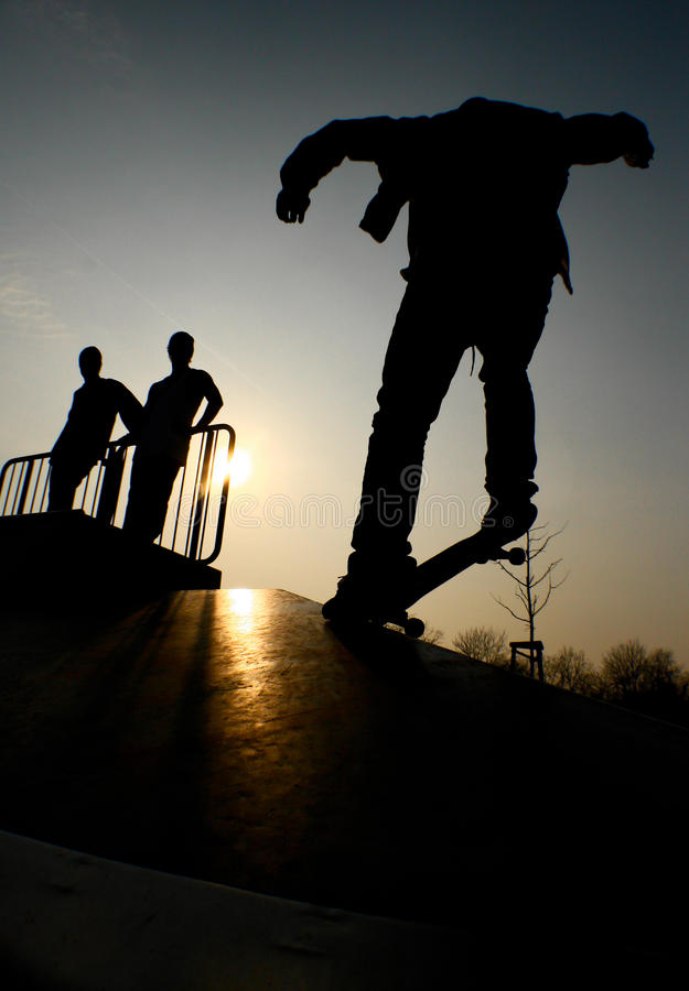 Schattenbild der Skateboardfahrer im Park lizenzfreies stockbild