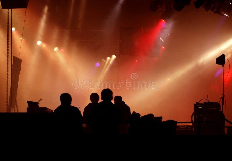 Schattenbild der Stufebesatzung und der Konzertleuchte stockbilder