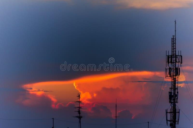 Schattenbild der Telefonantenne mit Sonnenunterganghimmel stockbild