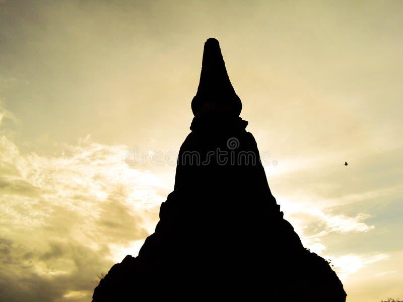 Schattenbild der thailändischen Pagode oder des Jedee mit Sonne im Hintergrund, Ayutthaya stockfoto