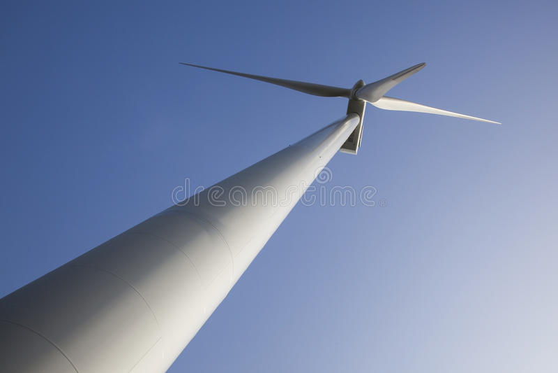 Schattenbild der Windkraftanlage gegen blauen Himmel stockbilder
