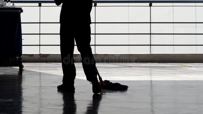 Schattenbild des ausgedehnten Bodens der Reinigungsservice-Leute stockfotos