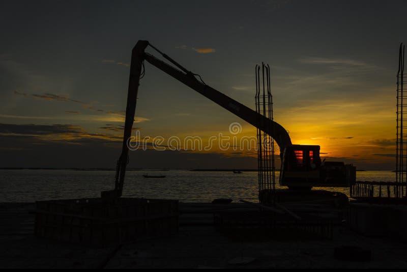 Schattenbild des Baggerladers an der Baustelle lizenzfreie stockbilder
