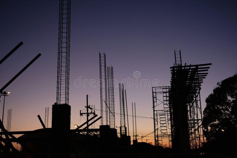 Schattenbild des Bauhintergrundes Fokus auf Vordergrund lizenzfreie stockfotografie