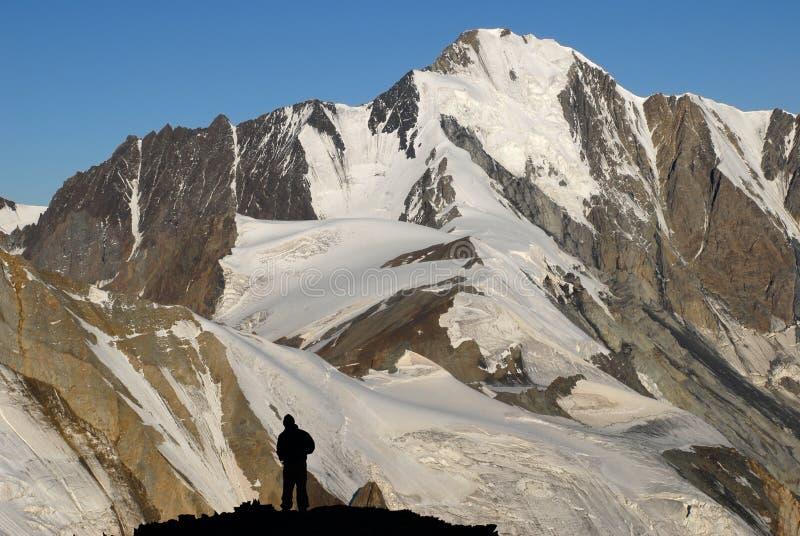 Schattenbild des Bergsteigers stockfoto