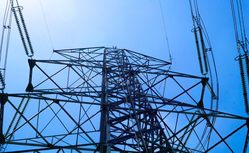 Schattenbild des elektrischen Hochspannungspfostens mit Raum des blauen Himmels und der Kopie, Gebrauch für StromEnergieinhalt stockbilder