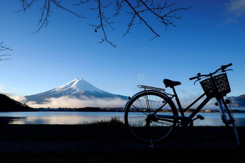 Download Schattenbild Des Fahrrades Am See Kawaguchi Mt Fuji Stockfoto - Bild von reflexion, berg: 90225692