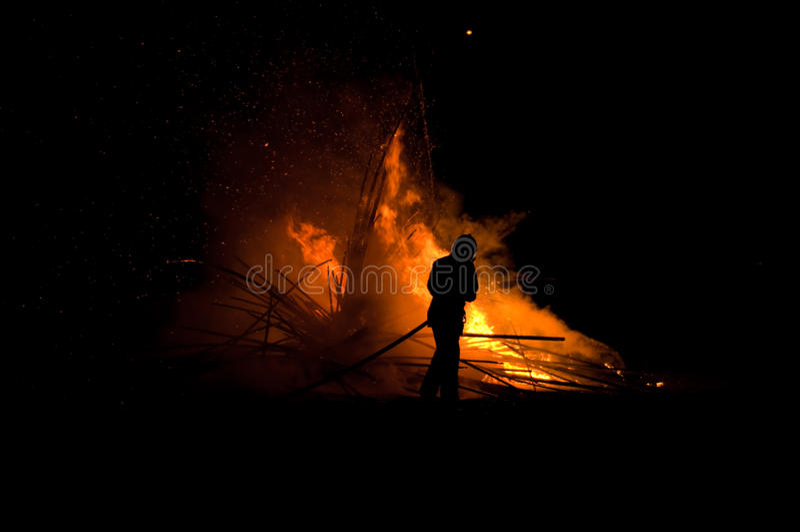 Schattenbild des Feuerwehrmannes stockfotos