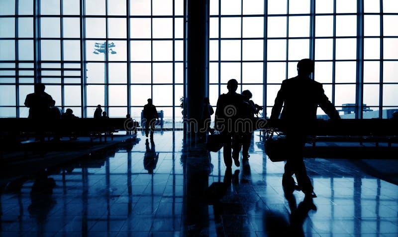 Schattenbild des Geschäfts-Reisenden am Flughafen stockfotos