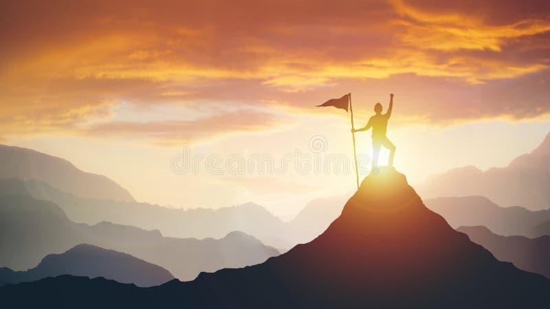 Schattenbild des Geschäftsmannes mit Flagge auf die Gebirgsoberseite über Himmel- und Sonnenlichthintergrund stockfoto