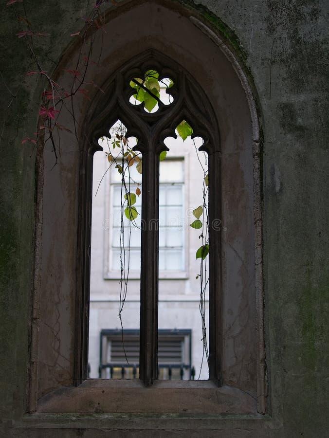 Schattenbild des gotischen Fensters an St. Dunstan im Osten, London stockbilder