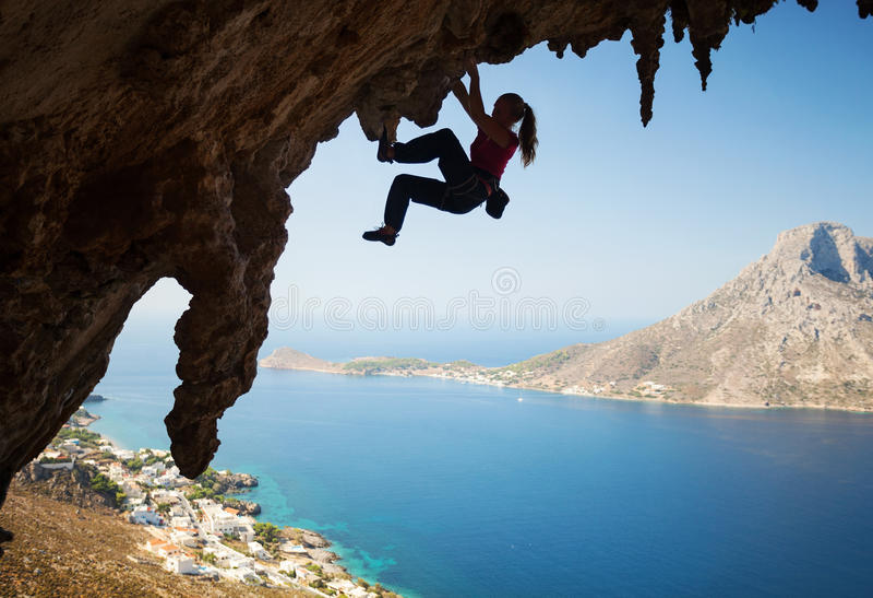 Schattenbild des jungen weiblichen Kletterers auf einer Klippe stockfotos