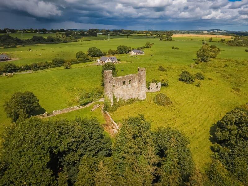 Schattenbild des kauernden Geschäftsmannes Dunmoe-Schloss Navan irland lizenzfreie stockfotos