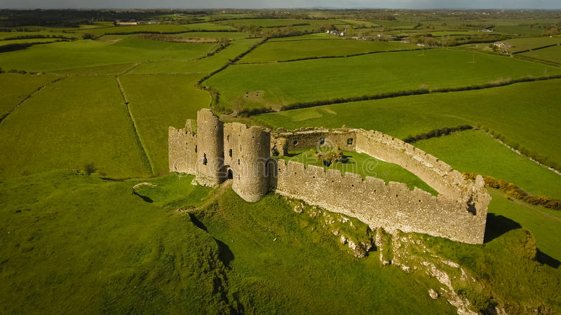 Schattenbild des kauernden Geschäftsmannes Roche-Schloss Dundalk irland stockbild