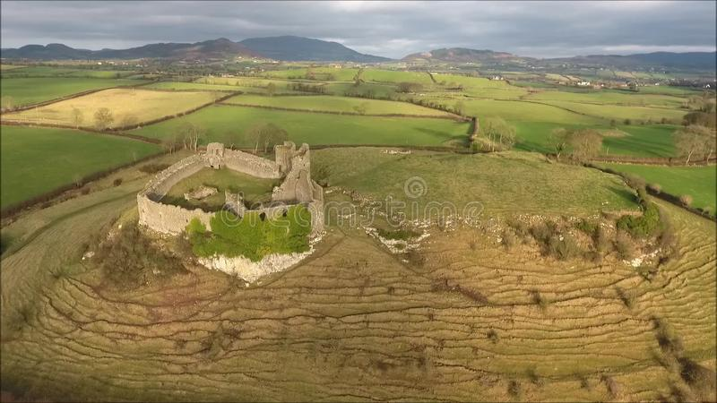 Schattenbild des kauernden Geschäftsmannes Roche-Schloss Dundalk irland stock video