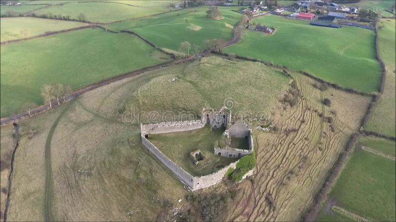 Schattenbild des kauernden Geschäftsmannes Roche-Schloss Dundalk irland stock video footage