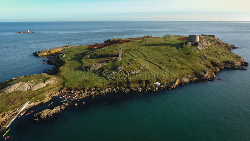 Schattenbild des kauernden Geschäftsmannes ruinen Dalkey-Insel dublin irland lizenzfreies stockfoto