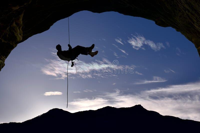 Schattenbild des Kletterers über Hintergrund des blauen Himmels stockfotografie