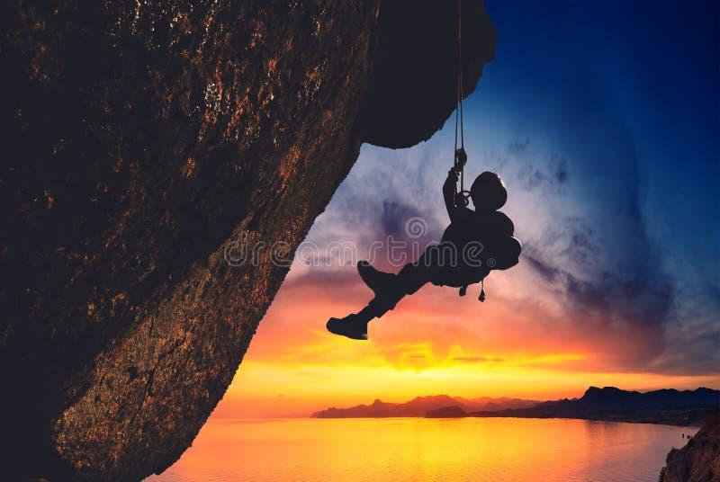 Schattenbild des Kletterers stockfotos