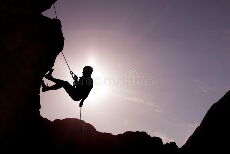 Schattenbild des Kletterers stockbild