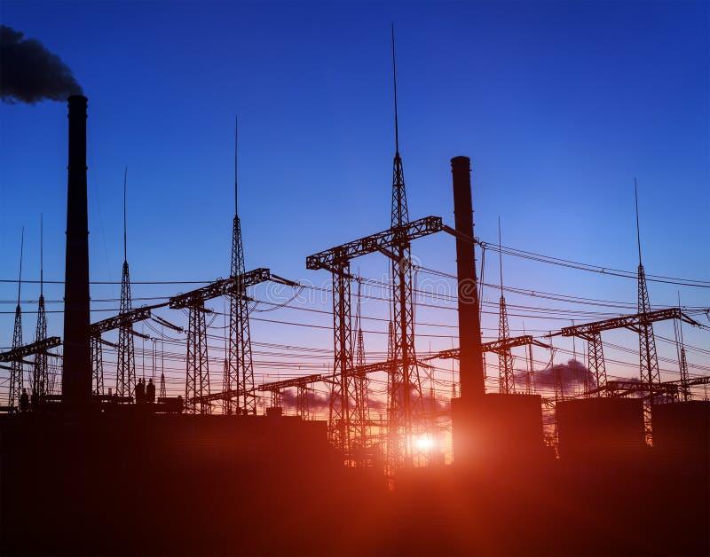 Schattenbild des Kraftwerks der Gasturbine-elektrischen Leistung gegen Sonnenuntergang stockbilder