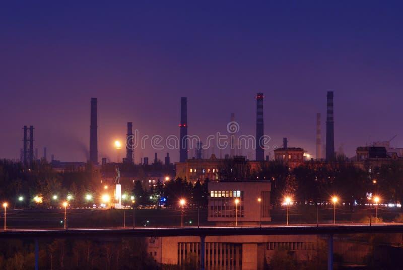 Schattenbild des Kraftwerks der Gasturbine-elektrischen Leistung gegen Sonnenunterganghimmel stockbild