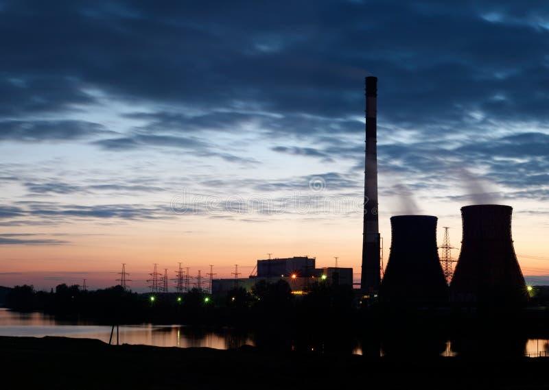 Schattenbild des Kraftwerks der Gasturbine-elektrischen Leistung gegen Sonnenunterganghimmel lizenzfreie stockbilder