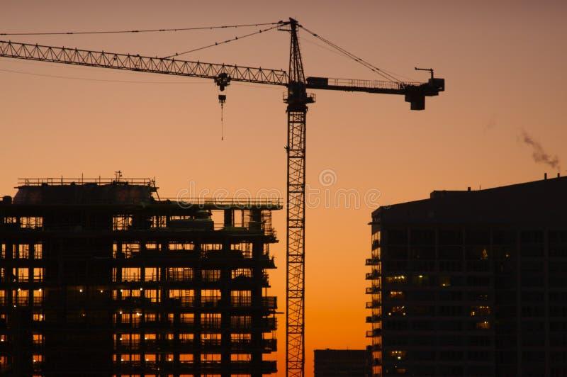 Schattenbild des Kranes und des Gebäudes lizenzfreie stockfotos