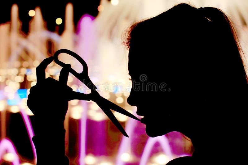 Schattenbild des Mädchens mit Scheren in der Hand Bildung für die Kunst handgemacht stockfotos