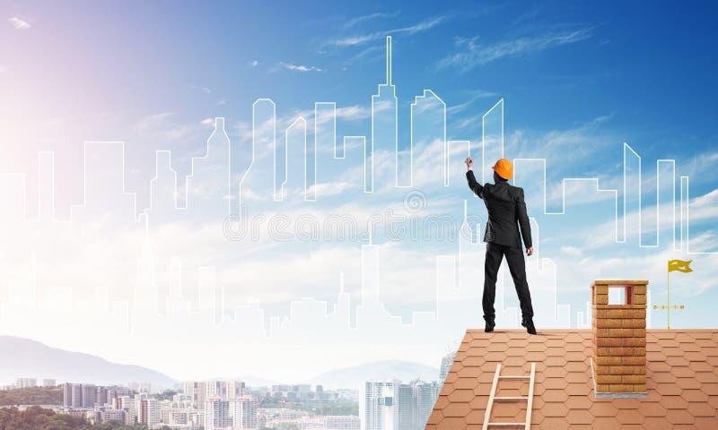 Schattenbild des Mannarchitekten-abgehobenen Betrages der modernen Stadt auf blauem Himmel Gemischte Medien stockbild