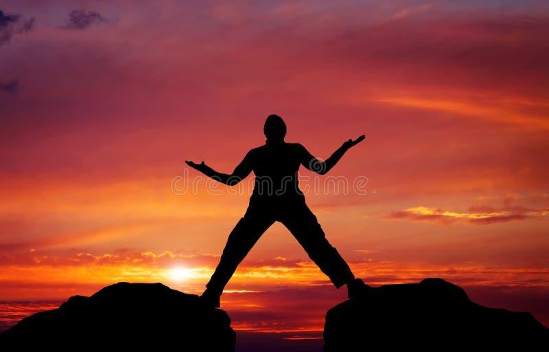 Schattenbild des Mannes auf Sonnenunterganghimmelhintergrund stockbild