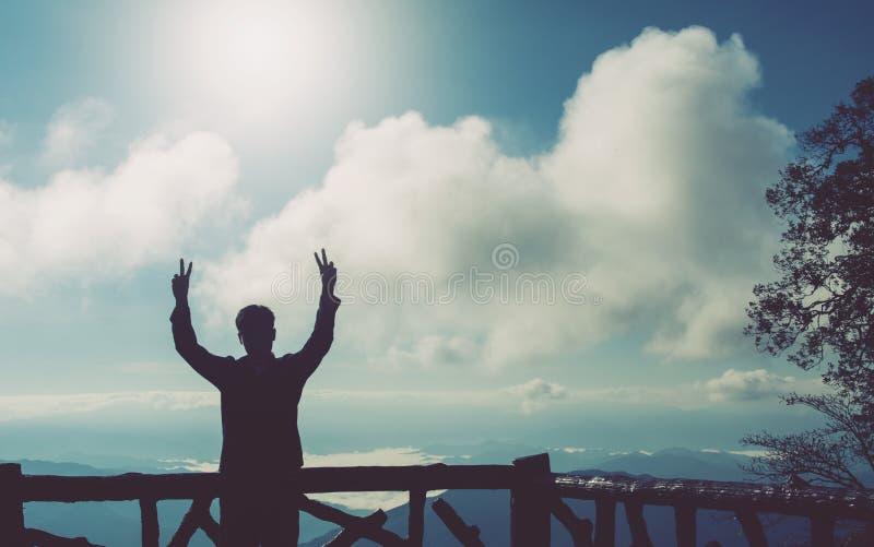 Schattenbild des Mannes Friedensgeste zwei Hände herstellend lizenzfreie stockfotografie