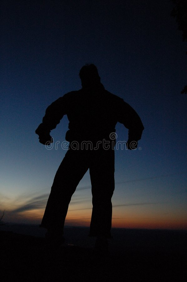 Schattenbild des Mannes am Sonnenuntergang lizenzfreie stockbilder