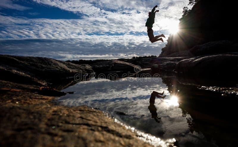 Schattenbild des Mannes springend in norwegische Natur stockfotos
