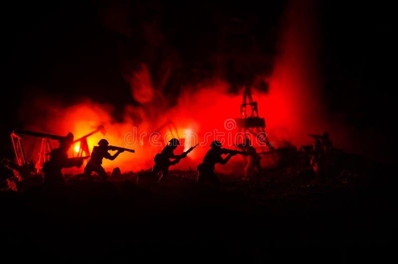 Schattenbild des Militärsoldaten oder des Offiziers mit Waffen Schuss, Gewehr halten, bunter Himmel, Hintergrund Ölkrieg und Mili stockbilder
