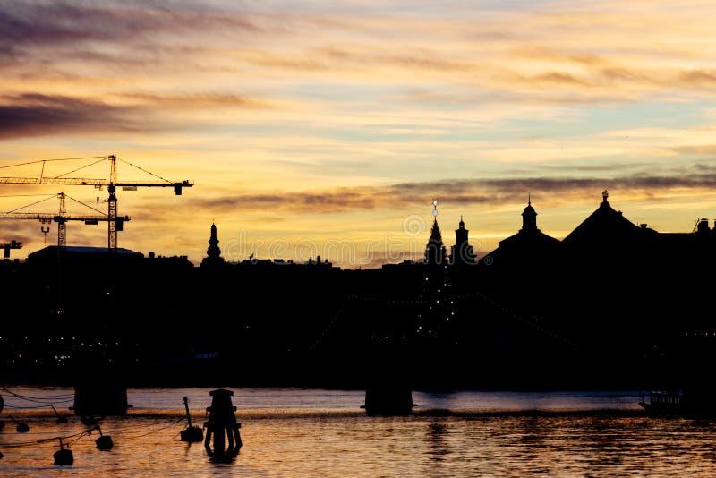 Schattenbild des mittleren Winters Stockholm-Skyline bei Sonnenuntergang stockfotografie