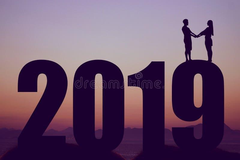 Schattenbild des neuen Jahres 2019 mit Paaren als Symbol für Liebe und wedd lizenzfreie stockfotografie