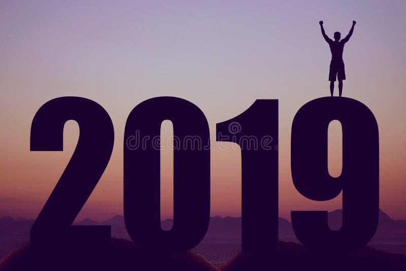 Schattenbild des neuen Jahres 2019 mit zujubelndem Mann als Symbol für Erfolg stockbild