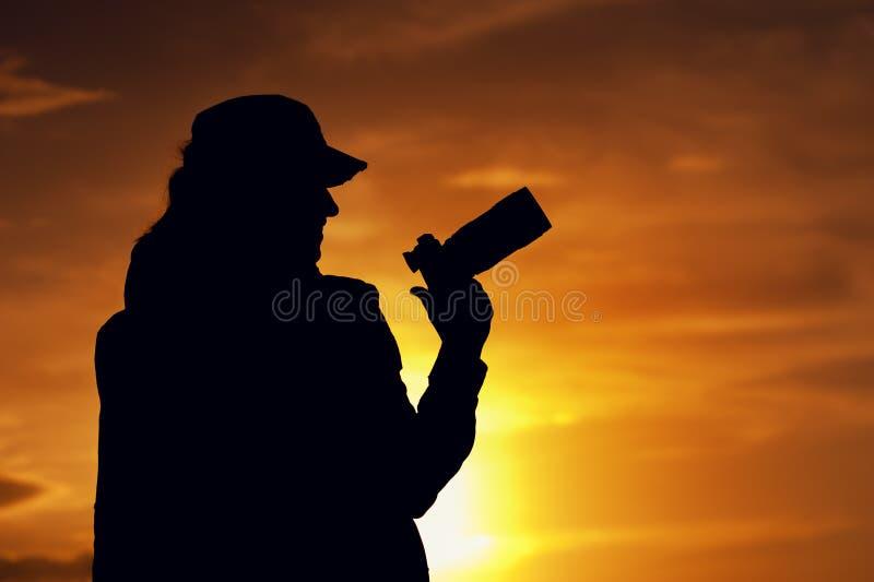 Schattenbild des professionellen weiblichen Fotografen lizenzfreie stockfotos