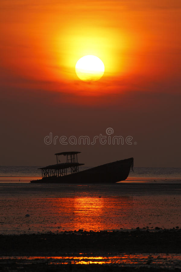 Schattenbild des Schiffbruchs und des schönen Sonnenuntergangs in Phuket, Thailand lizenzfreie stockbilder