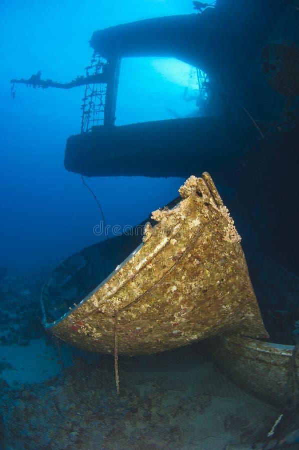 Schattenbild des Schiffswracks mit Rettungsboot lizenzfreie stockbilder