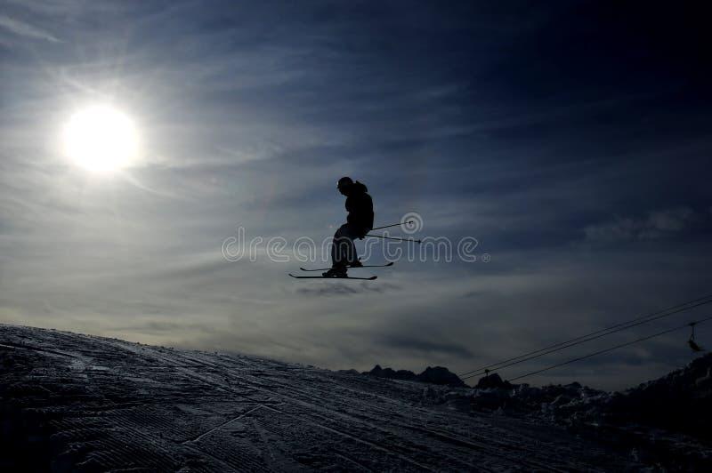 Schattenbild des Skifahrerspringens lizenzfreie stockbilder