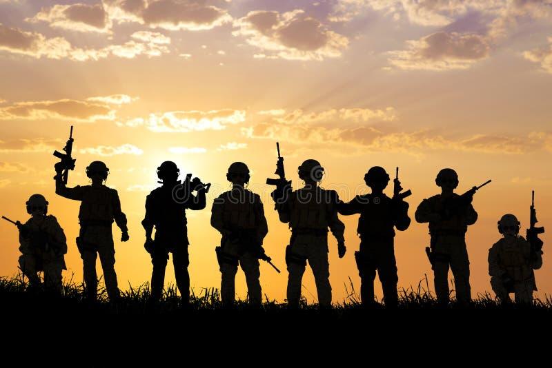 Schattenbild des Soldatteams mit Sonnenaufganghintergrund stockfoto