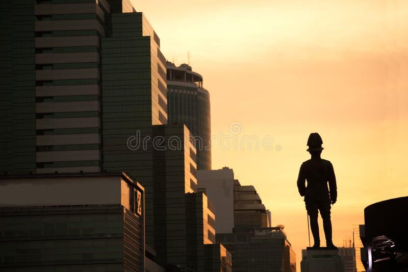 Schattenbild des Sonnenuntergangs an König rama VI Monument gelegen in Bangkok, Thailand lizenzfreies stockbild